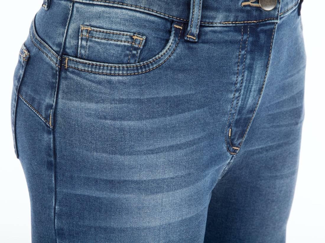 Niebieskie spodnie jeansowe z rozporkami
